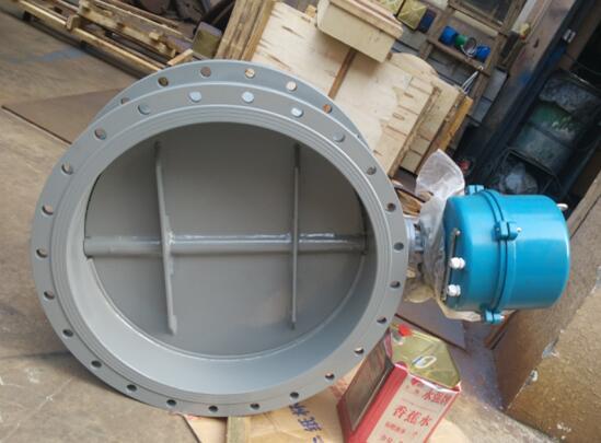 通风蝶阀由电动机带动驱动执行机构,使碟板在90°范围内自由转动以达到启闭或调节介质流量的目的。目前,衬氟蝶阀,衬胶蝶阀作为一种用来实现管路系统通断及流量控制的部件,已在石油、化工、冶金、水电等许多领域中得到极为广泛地应用。在已公知的蝶阀技术中,其密封形式多采用密封结构,密封材料为橡胶、聚四氟乙烯等。由于结构特征的限制,不适应耐高温、高压及耐腐蚀、抗磨损等行业。现有一种比较先进的蝶阀是三偏心金属硬密封蝶阀,阀体和阀座为连体构件,阀座密封表面层堆焊耐温、耐蚀合金材料。 多层软叠式密封圈固定在阀板上,